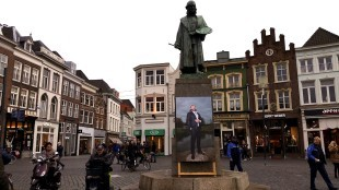 Portret van Ralph Posset neergehaald bij standbeeld van Jeroen Bosch