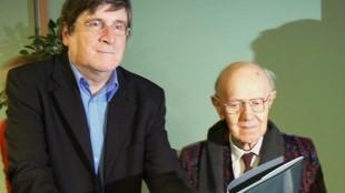 Biograaf Carlos Alleene met Roger Raveel