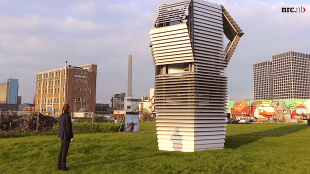 De 'Smog Free Tower', waar ontwerper Daan Roosegaarde naar kijkt, reinigt per uur 30.000 kubieke meter en gebruikt hiervoor niet meer energie dan een waterkoker (foto NRC)