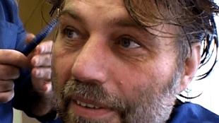 Michel van Rijn wordt geknipt en geschoren