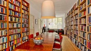 De boekenkasten bij Joost Zwagerman thuis voor zijn overlijden (foto bekendeburen.nl)