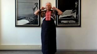 Hendrikje bekijkt werken van Rob Scholte met vingers in haar oren (foto Wout Nooitgedagt)