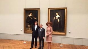 Koning Willem en Koningin Maxima met President Hollande van Frankrijk voor de portretten van Maerten Soolmans & Oopjen Coppit door Rembrandt in het Louvre