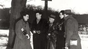 Ben van Meerendonk - Fotografen verzameld in afwachting van naderende Koninklijke geboorte, Soestdijk, 2 februari 1947