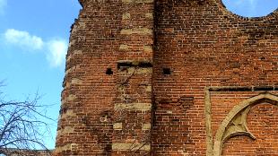 De Ruïnekerk te Bergen zonder de klimop