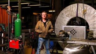 Ronald Westerhuis in zijn atelier (foto Mark Prins)