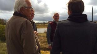 Burgmeester Koen Schuiling en Wethouder Bob Haaitsma op de Nollen met de zonen van Ruud van de Wint (foto Jacqueline van Dongen)