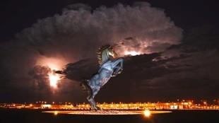 Luis Jiménez - Satan's Horse (Dallas Airport, foto The Estate of Luis Jimenez A.R.S.)