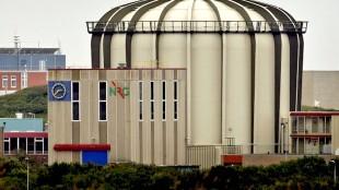 Exterieur van de kernenergie centrale in Petten (foto ANP/Koen van Weel)