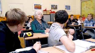 Burgemeester Hetty Hafkamp van Bergen, hier omringd door schooljeugd (foto Rodi)