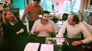 Abou Jahjah wordt geflankeerd door Bezige Bij-uitgeefdirecteur Henk Pröpper (rechts) en uitgeefster Katrijn van Hauwermeiren bij het tekenen van contract (foto De Bezige Bij/Knack)