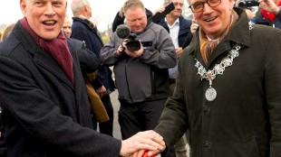 De burgemeesters Han ter Heegde (links) van Heerhugowaard en Piet Bruinooge van Alkmaar schudden elkaar de hand bij de opening van de Nelson Mandelabrug tussen beide gemeenten (foto Jan Jong/JJFoto)