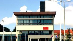 Als de vlag wappert boven het Rob Scholte Museum is de kunstkoning van Den Helder thuis (foto Johan Bakker)