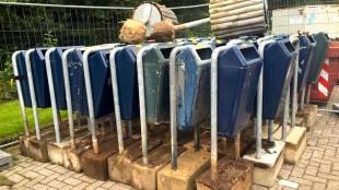 De weggehaalde afvalbakken staan keurig op een rijtje opgesteld achter Aquacentrum Den Helder (foto Carina Gutker/Holland Media Combinatie)