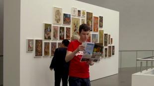 Jongen met folder bij Rob Scholte's Embroidery Show in De Fundatie (foto dAnielle's flow)
