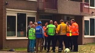 Burgemeester Koen Schuiling (uiterst links) bij overleg over brand op het stadhuis, 28 september 2016 (foto Hedzer Faber)