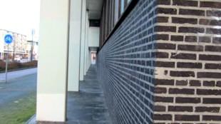 De opvallende zuilenrij van het Rob Scholte Museum
