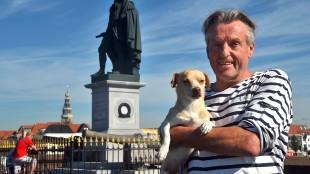 Koos Dalstra met hond  in Vlissingen (foto Helge Prinsen/Twitter)