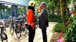 Officier van Dienst praat met burgemeester Koen Schuiling (foto Hedzer Faber)
