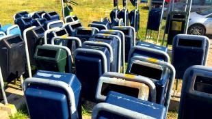 Verwijderde afvalbakken in de opslag (foto Carina Gutker/HMC)