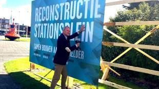 Wethouder Lolke Kuipers bouwt zijn schutting op het Stationsplein (foto Den Helder Actueel)
