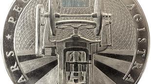 """De muntzijde toont de Dutrannoit frictiepers en het motto van de bank """"ARS PECUNIAE MAGISTRA"""" Kunst is de (leer)meester van het geld (foto Kunst Reserve Bank)"""