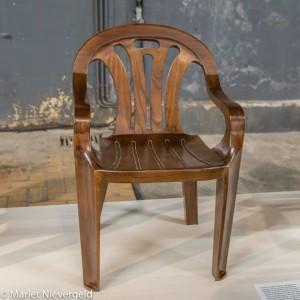 Een stoel van Maarten Baas naar het voorbeeld van een goedkoop plastic terrasstoeltje (foto Mariet Nievergeld)