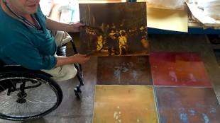 Rob Scholte bij de originele drukplaten van de Nachtwacht (foto Leander Roet)