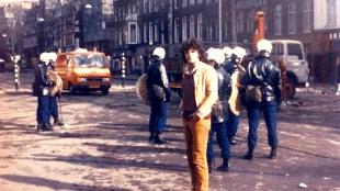 A.F.Th. van der Heijden poseert voor ME-agenten bij de Vondelparkrellen op 29 februari 1980 (foto Herman van der Boom)