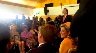 Minister Koenders zingt Tulpen uit Amsterdam met zijn delegatie, gadegeslagen door het koninklijk paar