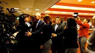 Wethouder Lolke Kuipers neemt afscheid van Jacqueline van Dongen, één van zijn voorgangers op het dossier Rob Scholte Museum (foto RaadDenHelder)