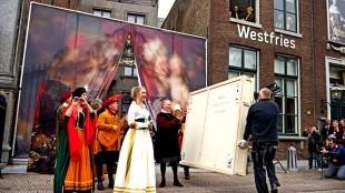 Enkele van de gestolen schilderijen keren feestelijk terug naar het Westfries Museum (foto NHD)