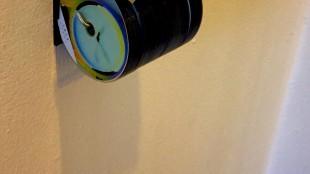 WC rolhouder met CD's (foto ookoi stduio/Twitter)