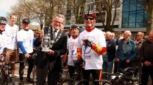 Burgemeester Koen Schuiling toont op Julianaplein het vrijheidsvuur (foto Den Helder Actueel)