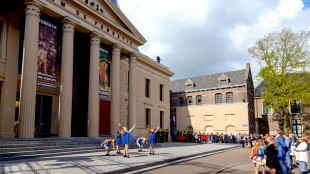 De koninklijke familie voor Museum De Fundatie in Zwolle tijdens Koningsdag (foto Sjoerd van der Wal/Twitter)