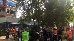 Directe omgeving raadszaal is afgezet door politie en wordt behandeld als plaats delict tot de oorzaak vaststaat (foto Hedzer Faber)