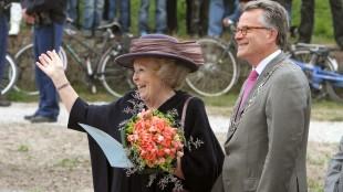 Toen nog Koningin Beatrix met Burgemeester Koen Schuiling bij een werkbezoek aan Den Helder in 2011 (foto Dorpskrant De Uitkijk)