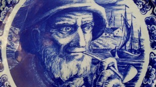 Vintage Delft Boch Freres La Louviere Belgium charger features a sailor with a pipe (detail, foto rubylace.com)