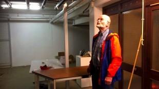 Peter Reenders (Stadspartij Den Helder) inspecteert de kelder (foto Arie Booy)