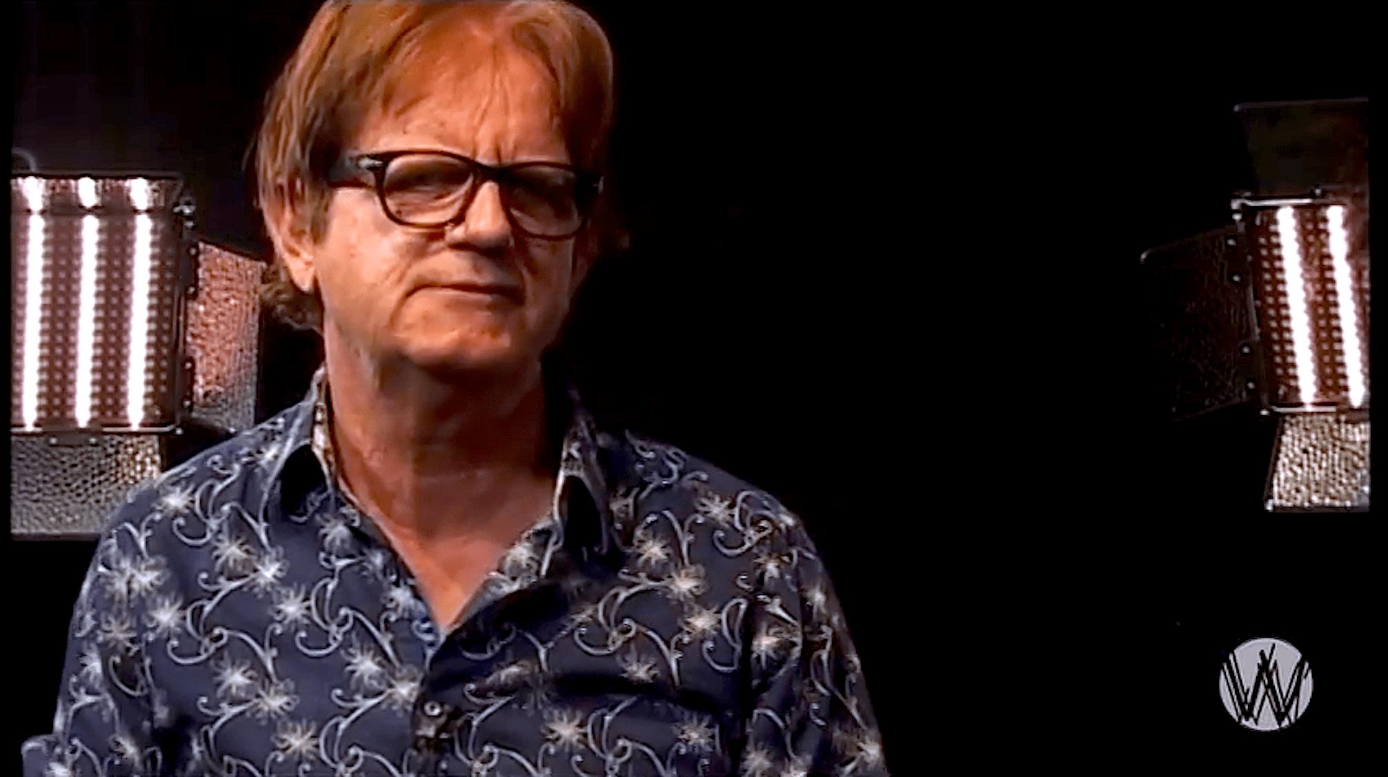 Roy Dames bij Café Weltschmerz (foto YouTube)