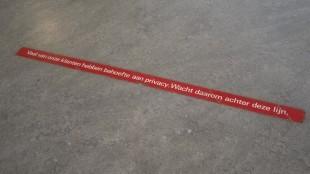 Veel van onze klanten hebben behoefte aan privacy. Wacht daarom achter deze lijn. (foto Ali Haselhoef)