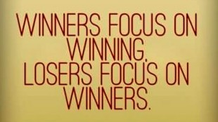 Winners focus on winning, loosers focus on winners (foto Quote Addicts)