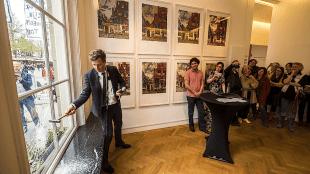 De openingshandeling van de expositie waarbij Tinkebell. als curator fungeert, bestond uit het inslaan van een ruit bij Little Delft Street van Rob Scholte (foto Reinier van Willigen)