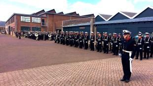 Marinierskapel en het Korps Adelborsten staan op Willemsoord klaar voor de start van de Koningsmars (foto Koninklijke Marine)