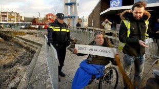 Rob Scholte protesteert tegen de sloop van het Van der Grinten muurtje, rechts voormalig raadslid Willem Koning, nu Zeestad (foto Fotopersburo Martin Mooij)