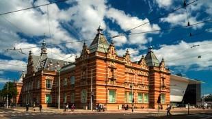 Stedelijk Museum, oude gebouw door A.W. Weissman uit 1895 en de nieuwbouw ontworpen door Benthem Crouwel Architekten (foto John Lewis Marshall)