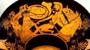 Atenea protege a Ayante, armado con su escudo, Héctor es sostenido por Apolo (foto clasicasusal.es)