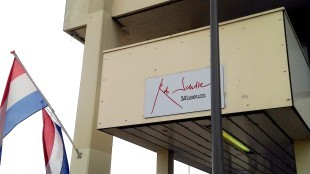 De entree van het Rob Scholte Museum geblokkeerd door een lantaarnpaal (foto Lijsje Snijder)