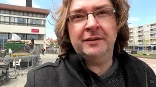 Peter Jochems bij het Rob Scholte Museum (foto YouTube)