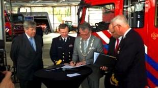 Burgemeester Koen Schuiling tekent een convenant tussen de gemeente Den Helder, Veiligheidsregio Noord-Holland Noord en het Ministerie van Defensie (foto Rijksoverheid)